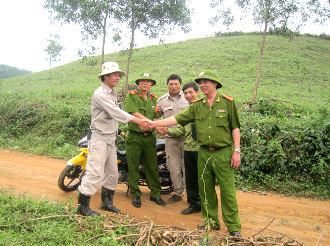Lieut. Col. Pham Hong Van, the camp commander, shaking hands with Team Leader Le Xuan Tung and thanking him and the team for their quick response to make the prison inmates safe from UXO.