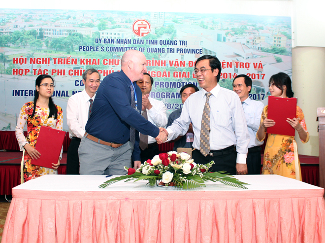 NPA Country Director Jonathon Guthrie shaking hands wih Standing Vice Chairman Nguyen Duc Chinh after signing the cooperation agreement at the Conference on International NGO Aid Promotion. Photo courtesy Phan Van Hung.