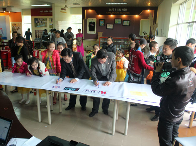 At the end of the commemoration, representatives of the local authorities signing on a banner to show their solidarity with people with disabilities.