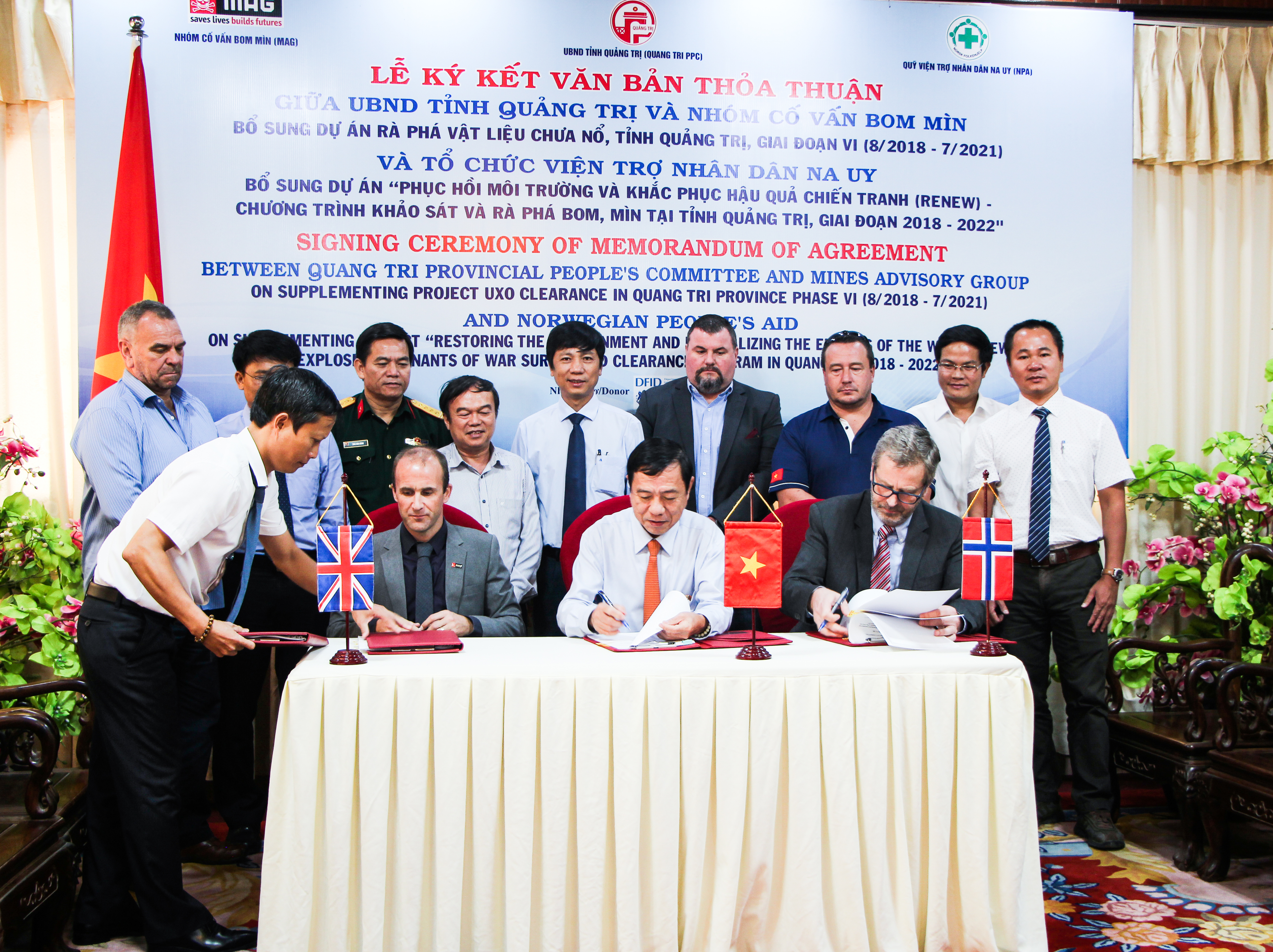 Quang Tri Province People's Committee signs an Memorandum of Agreement with Norwegian People's Aid and Mines Advisory Group on UK funding for the survey and clearance efforts.